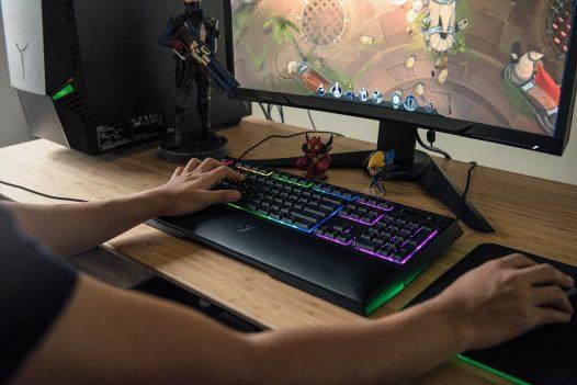 Teclado Mecánico Gaming Ornata Chroma marca Razer